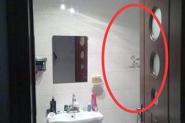 Nghe có tiếng động lạ trong nhà tắm, tôi lo lắng đẩy cửa phòng ra và choáng váng với thân hình đầy thương tích của vợ