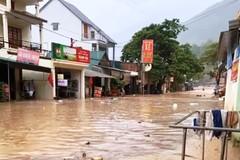 Mưa lớn, thị trấn vùng biên Nghệ An ngập sâu, giao thông chia cắt