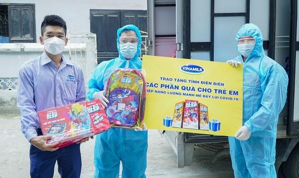Vinamilk và Quỹ sữa Vươn cao Việt Nam tặng quà và sữa cho trẻ em đang cách ly tại Điện Biên