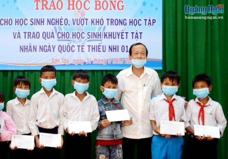 Quảng Ngãi: Trao học bổng cho học sinh nghèo, khuyết tật