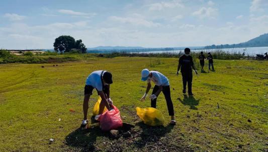 Đắk Lắk: Nhóm trẻ chung tay nhặt rác giữ gìn cảnh quan hồ Ea Kao