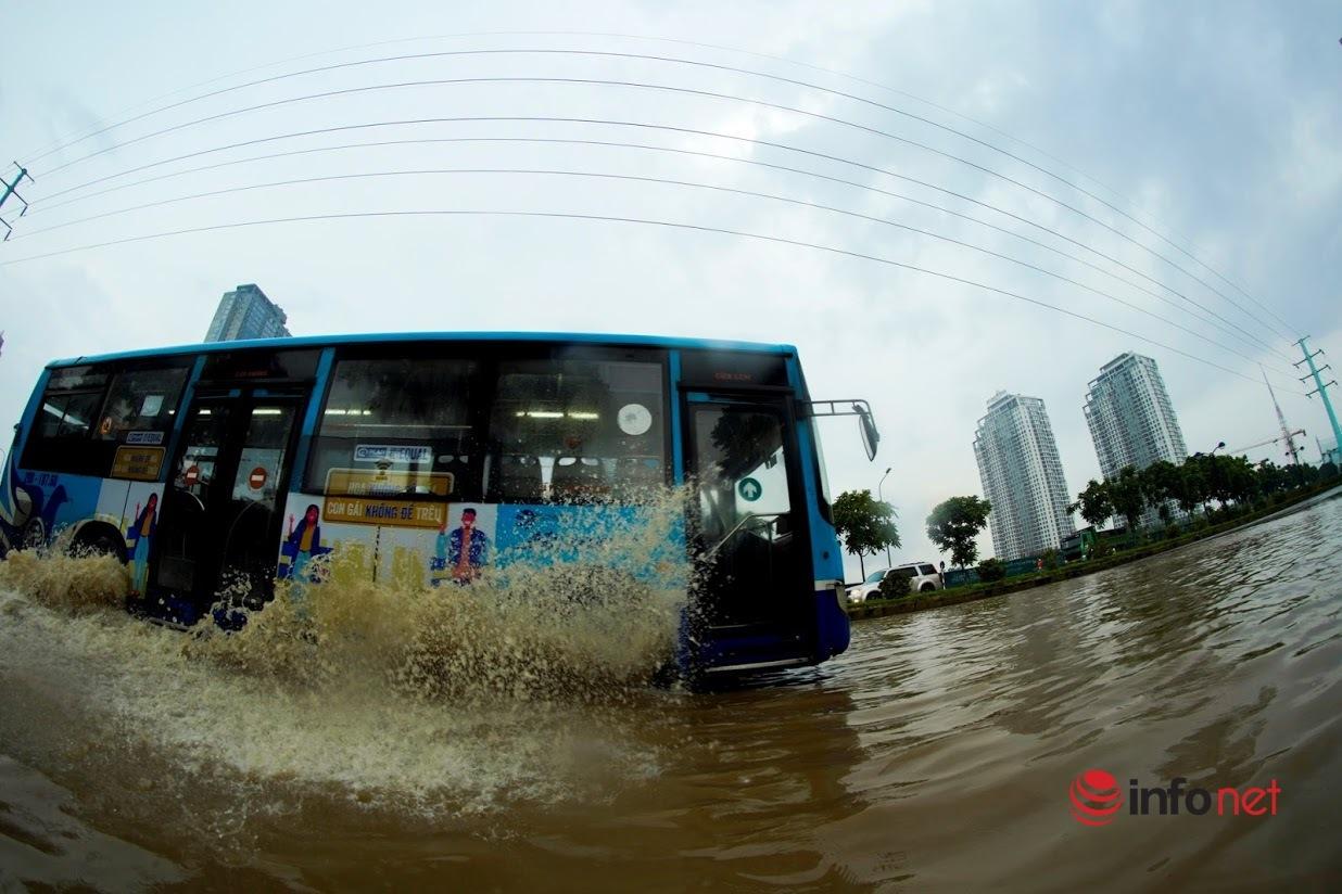 Hà Nội: Mưa lớn sau chuỗi ngày nắng nóng kỷ lục, nhiều người 'vượt biển nước' về nhà