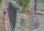 Clip 'dựng tóc gáy': 2 phụ nữ đi xe máy suýt mất mạng khi vượt xe tải