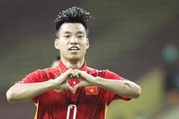 """Văn Thanh """"lộ"""" body cực phẩm khi ăn mừng bàn thắng trong trận đấu giữa ĐT Việt Nam và ĐT Indonesia"""