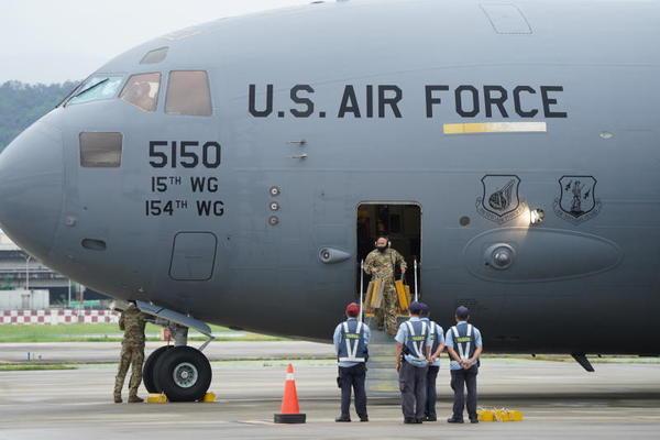 Trung Quốc nói gì khi máy bay quân sự Mỹ lần đầu hạ cánh ở Đài Loan?