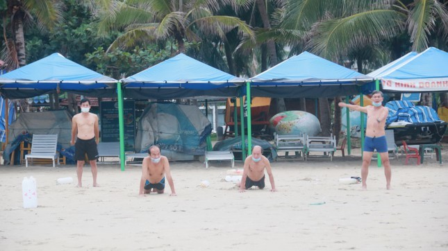 Người dân Đà Nẵng khai báo y tế, đeo khẩu trang tắm biển theo khung giờ