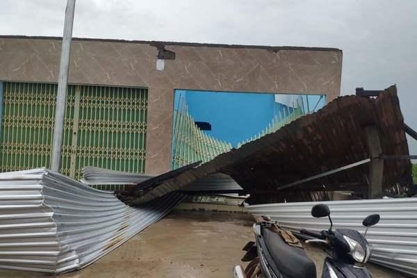 Đắk Lắk: Lốc xoáy trong cơn mưa, nhà dân, lớp học bị tốc mái
