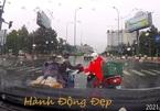 Clip ấm lòng: Tài xế tặng áo mưa cho người lạ giữa cơn mưa tháng 6