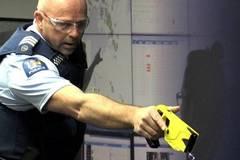 Cảnh sát dùng súng điện trấn áp người phụ nữ khỏa thân phá phách trong nhà hàng