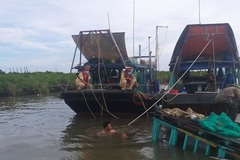 Cảnh sát đường thủy cứu sống 1 thuyền viên rơi xuống biển đã đuối sức