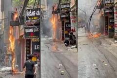 Cột điện bốc cháy, nổ như pháo hoa ở Hà Nội