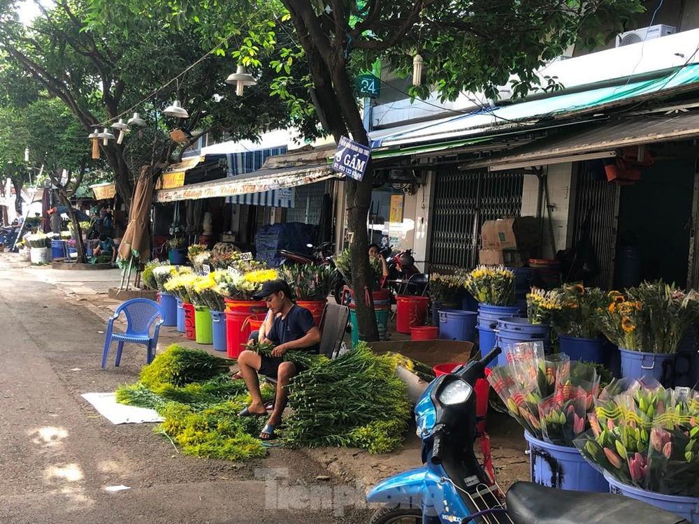 Chợ hoa Đầm Sen chờ khách ngày đầu mở lại