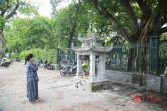 Mong con đỗ lớp 10, phụ huynh đến Văn Miếu cầu may, vái vọng, đọc văn khấn, hóa vàng ngoài cổng