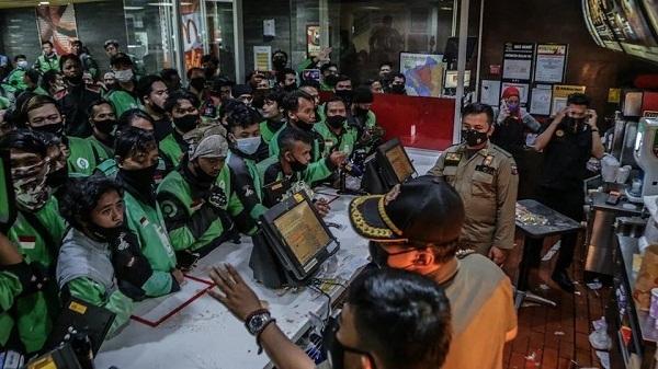 'Choáng' với cảnh shipper tràn vào cửa hàng McDonald's Indonesia bất chấp dịch Covid-19