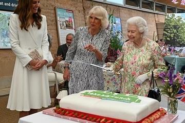 Nữ hoàng Anh dùng kiếm thay dao cắt bánh mở tiệc chiêu đãi các nhà lãnh đạo G7