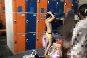 Tranh cãi chuyện những bà mẹ 'vô tư' đưa con trai vào phòng tắm nữ công cộng
