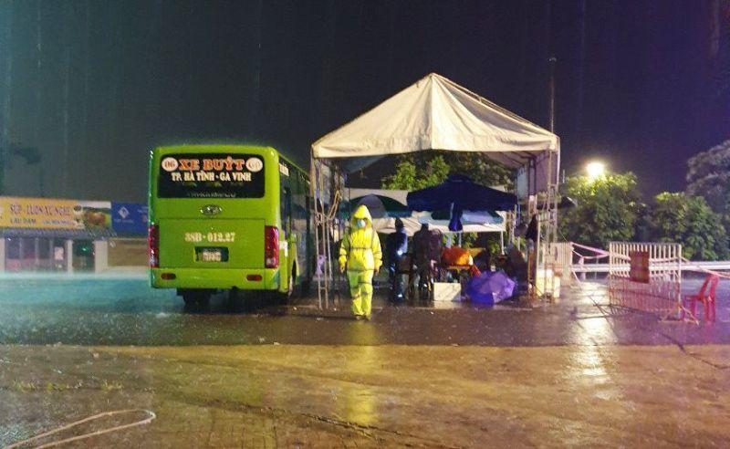 Mưa lớn, Hà Tĩnh điều 45 xe buýt, xe tải làm chốt phòng dịch cơ động