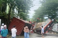 Xe cẩu container bất ngờ nghiêng đổ, sập vách nhà dân