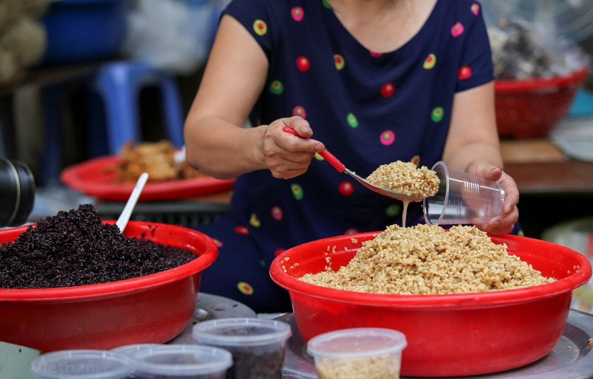 Hoa quả, rượu nếp đắt hàng ngày Tết Đoan Ngọ 5/5, nhiều set mâm lễ giá từ vài trăm đến tiền triệu