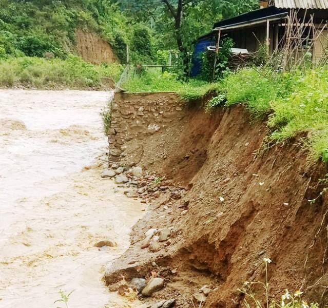 thiên tai,mưa lớn,Nghệ An,nứt đồi,sập nhà