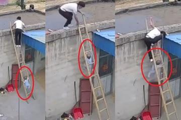 Rùng mình xem clip cháu bé trèo thang theo bố lên mái nhà bị hụt chân chơi vơi giữa thang
