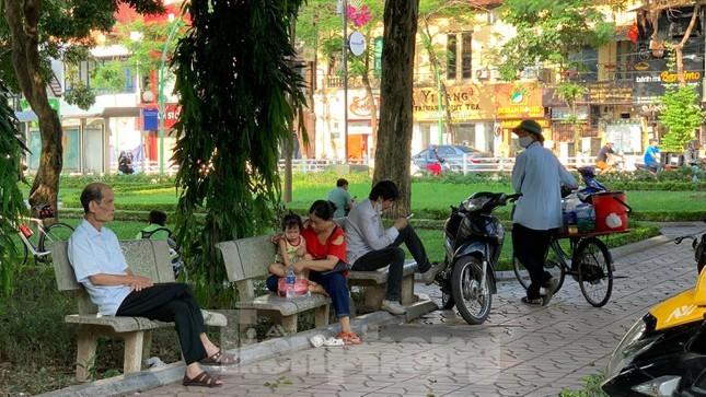 Hà Nội lập chốt chặn, người dân vẫn 'vượt rào' để tập thể dục