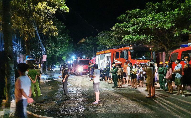 Nghệ An: Nhà 3 tầng bốc cháy dữ dội, ít nhất 6 người tử vong