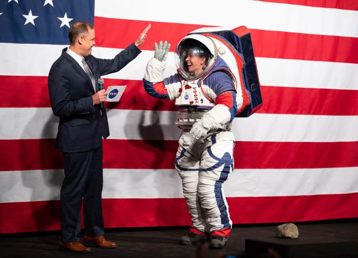 Chiêm ngưỡng bộ đồ phi hành gia đặc biệt dành cho sứ mệnh khám phá Mặt trăng