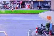 Kinh hoàng khoảnh khắc 2 chiếc ô tô lao với tốc độ 'bàn thờ' suýt tông trúng người đi bộ