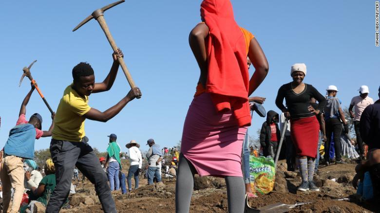 Cơn sốt kim cương bất ngờ ập đến, cả làng rủ nhau đi đào đá quý đổi đời