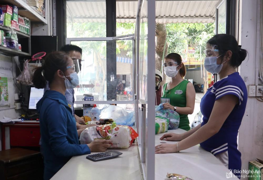 Nghệ An: Kính chống giọt bắn đắt hàng sau nhiều ca mắc Covid-19 trong cộng đồng
