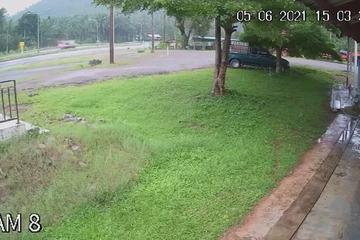 Xe bán tải mất lái lao vào nhà dân ven đường, 'rượt đuổi' người trong nhà