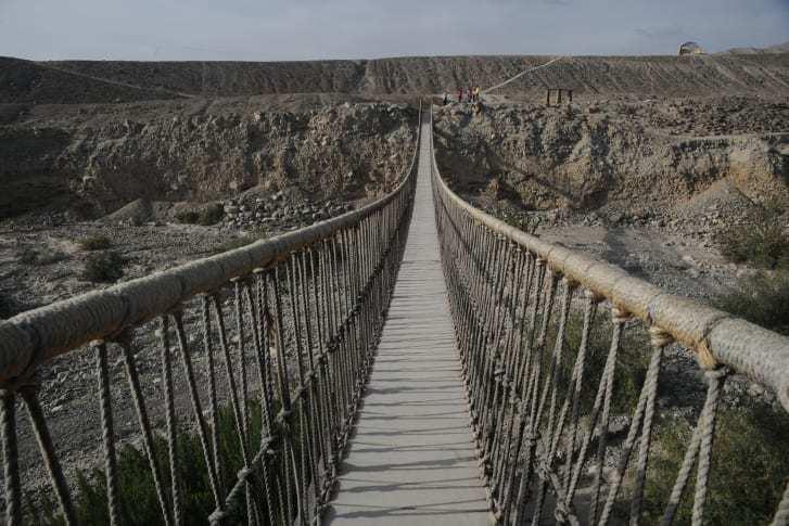 Tròn mắt kinh ngạc xem người Peru cứu cây cầu 500 tuổi bằng cách đan lại bằng tay