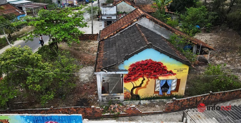 Biến những bức tường phủ đầy rêu phong thành 'triển lãm' tranh làng biển ấn tượng