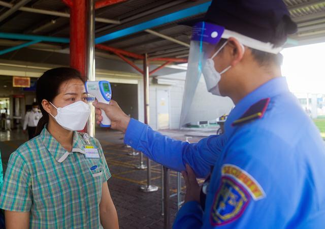 Bố trí ăn ở tại chỗ, đẩy mạnh tiêm phòng vắc xin cho công nhân nhằm duy trì sản xuất