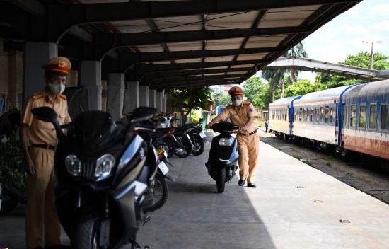 Mua xe phân khối lớn không giấy tờ gửi qua đường sắt từ TP.HCM về Hà Nội, bị CSGT tạm giữ