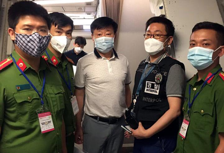 Bàn giao đối tượng lừa đảo bị truy nã cho cảnh sát Hàn Quốc