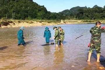 Đi đánh cá, người dân phát hiện quả bom 'khủng' dưới sông