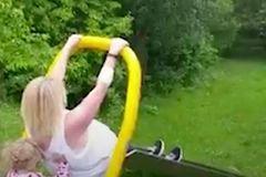 Bà mẹ gặp tai nạn 'dở khóc dở cười' khi chơi với con ở công viên