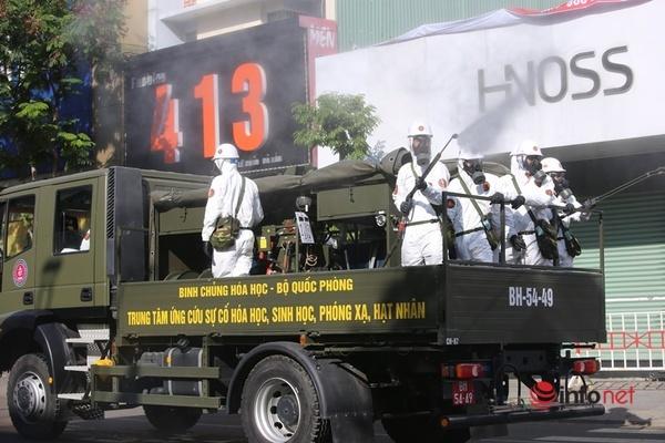 Phun khử khuẩn các 'điểm nóng' có ca mắc Covid-19 ở Đà Nẵng