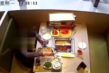 Cố tình thả gián vào nồi lẩu để 'ăn vạ' nhà hàng và đòi tiền bồi thường