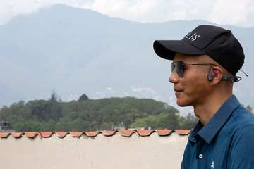 Người đàn ông mù Trung Quốc chinh phục đỉnh Everest lập kỷ lục