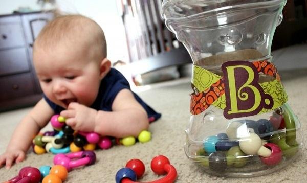 Em bé 1 tuổi nuốt mặt dây chuyền vào bụng, bác sĩ cảnh báo ti tỉ thứ nhỏ bé quen thuộc mà cha mẹ cho con chơi