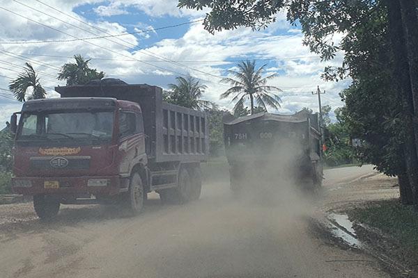 Huế: Người dân chặn đường đoàn xe chở đất đá gây ô nhiễm, phóng nhanh vượt ẩu
