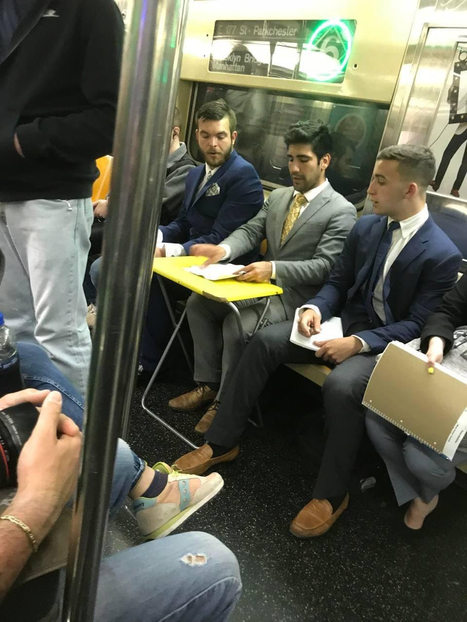 Bộ sưu tập những hình ảnh 'không tưởng' trên tàu điện ngầm ở Mỹ