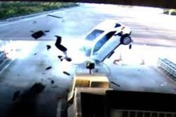 Nữ tài xế tông gục bốt bảo vệ, làm bị thương người ngồi bên trong