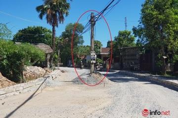 Cột điện chặn đường, mương 'lấp' cửa nhà dân