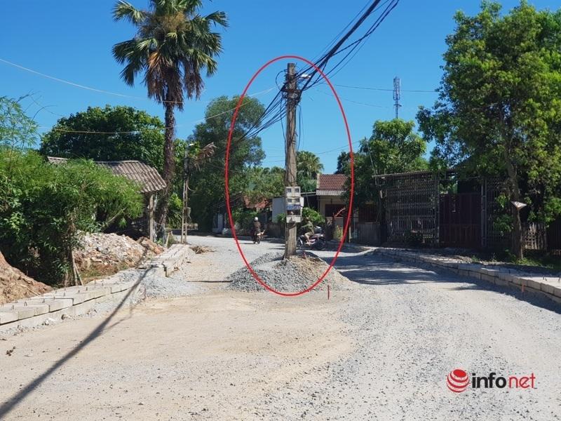 Cột điện chặn đường, cống 'lấp' cửa nhà dân không mở được