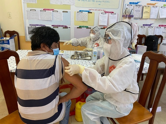 Tiêm vắc xin Covid-19, mũi 1 tác dụng phụ nặng có nên tiêm mũi 2?