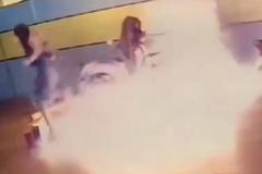 Bạn trai không chịu nối lại tình cảm, cô gái lạnh lùng đổ xăng đốt xe máy đắt tiền